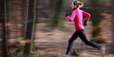 photodune-1652779-young-woman-running-outdoors-in-a-city-park-on-a-cold-fallwinte-s-1000x400-capa