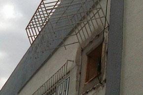 Bandidos invadiram agência pelo buraco do ar condicionado (Foto: Denise Félix/RBS TV)