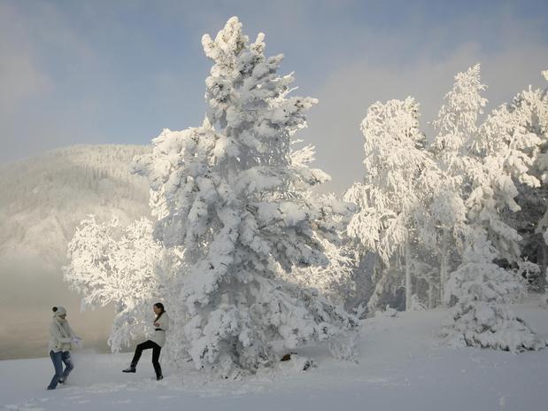 Duas mulheres brincam na neve em dia em que os termômetros marcaram -30ºC na cidade siberiana de Krasnoyarsk. Foto Reuters