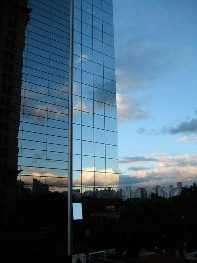 Prédio espelhado - imagem ilustrativa