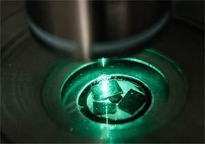 Material semicondutor - sendo resfriado por um feixe de laser. Crédito: Nanyang Technological University
