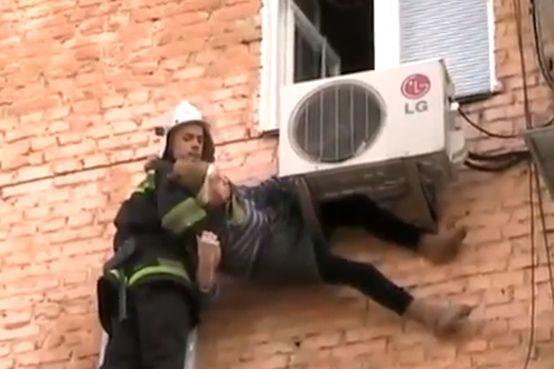 Idosa é salva pelo ar-condicionado ao cair de janela