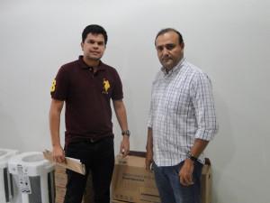 Presidente William Simões (direita) recebe aparelhos. Foto: Divulgação/Campinense