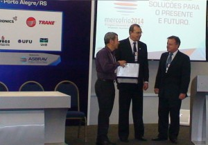 Professor João Manoel Dias Pimenta recebendo o prêmio.