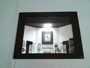 Arte realizada no buraco do ar-condicionado janela
