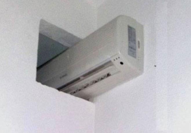 Agora temos ar condicionado nos dois quartos lá em casa.