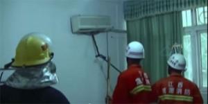 Vídeo mostra bombeiros retirando uma serpente de um ar-condicionado