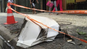 Ar-condicionado cai do 10º andar e atinge pedestre no Rio de Janeiro