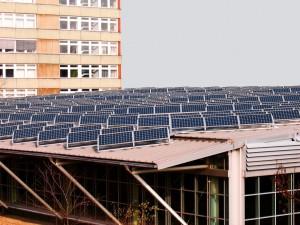 Painéis solares serão instalados também nas estações ferroviárias e nas passagens em nível de todo o país