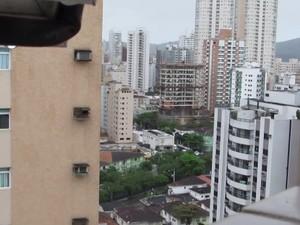 Gavião constrói seu ninho em caixa de ar-condicionado entre os prédios de Santos