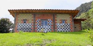 Conheça uma casa construída com 600 tijolos solares