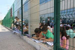 Falta de ar condicionado leva centenas de criança a terem aula na rua